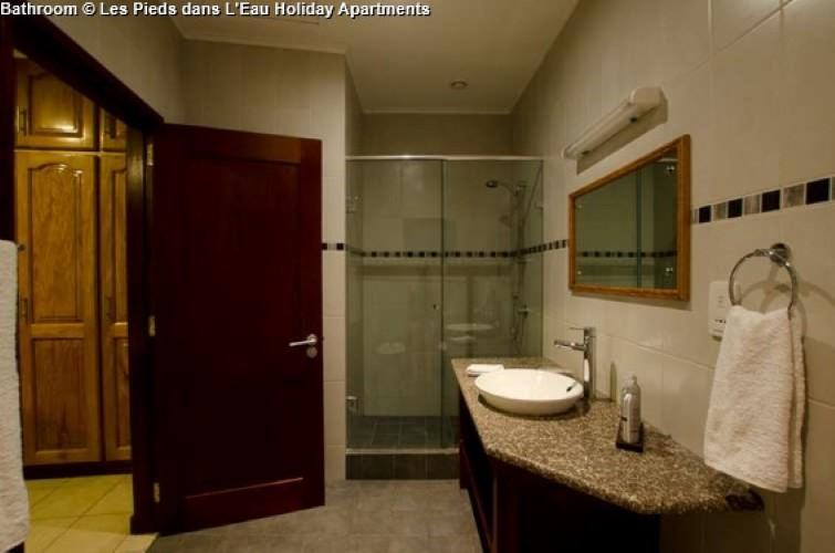 Bathroom © Les Pieds dans L'Eau Holiday Apartments