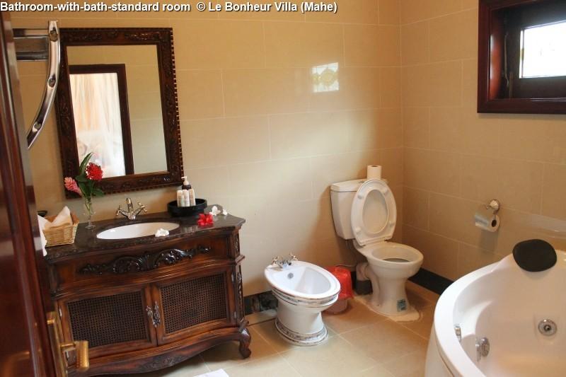 Bathroom-with-bath-standard room © Le Bonheur Villa (Mahe)
