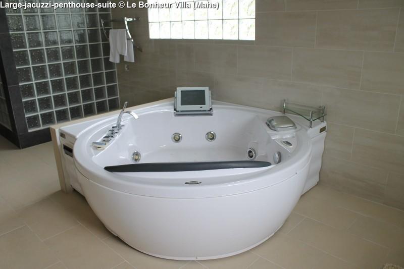 Large-jacuzzi-penthouse-suite © Le Bonheur Villa (Mahe)