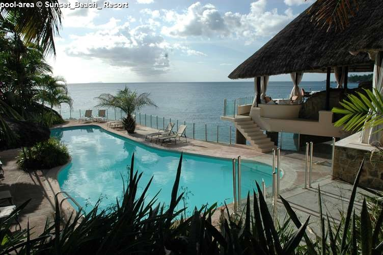 Bar-&-Pool-View © Sunset_Beach_ Resort